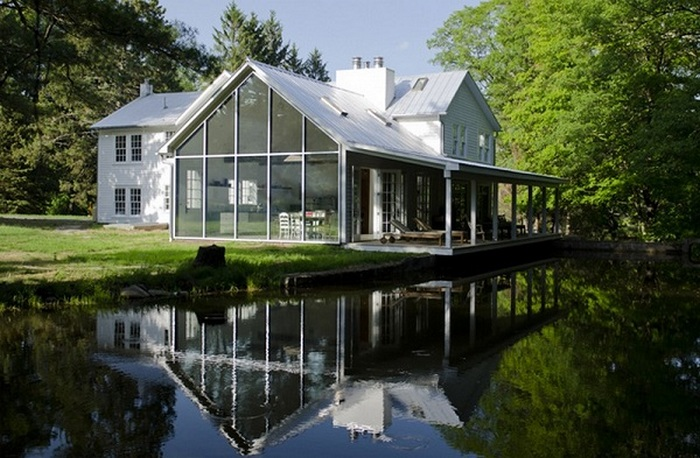 A farmhouse that looks like it floats