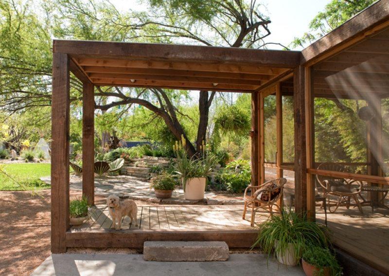 The poteet loft porch house hunting for Casas rusticas con jardin