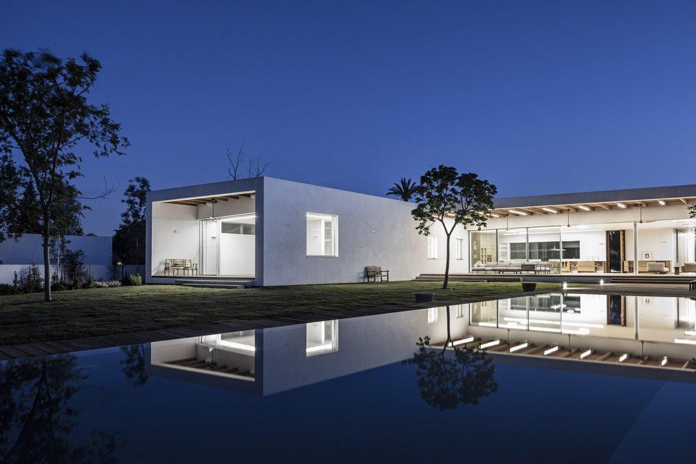 Z House – A house in a park