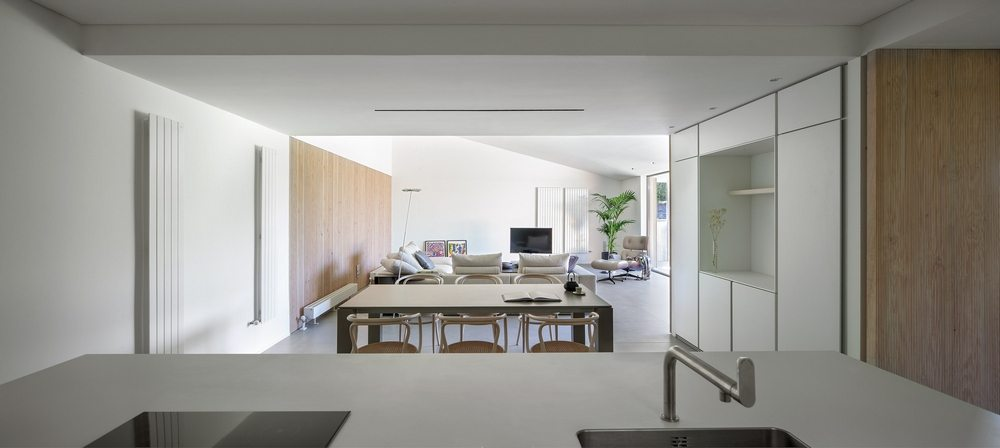 Smooth surfaces and white walls dominate Casa Öcher's interiors.