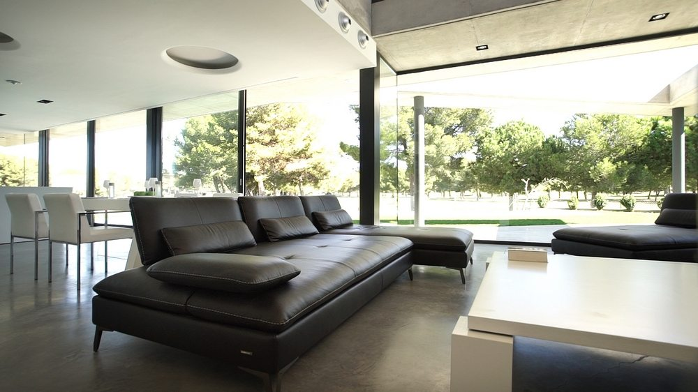Huge glass walls open up the space, allowing great views of the outside.