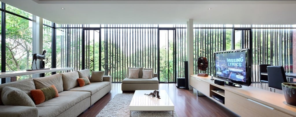 The inside of the house is bright, spacious, and airy, thanks to large floor-to-ceiling windows.