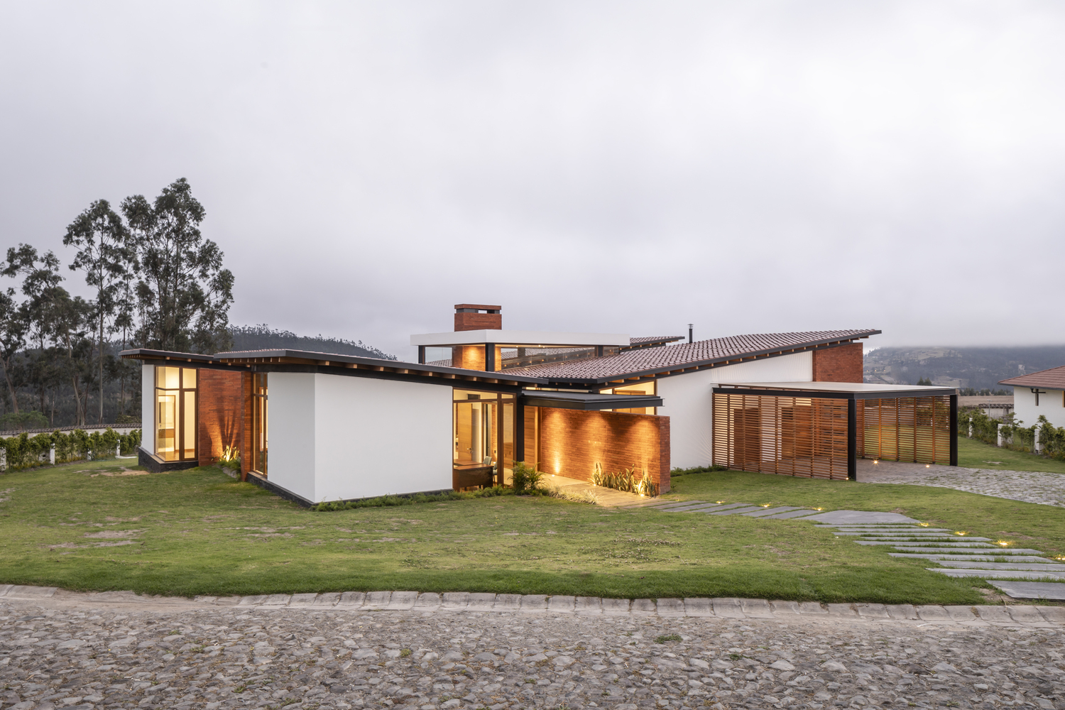 AO House protects its residents from the harsh weather conditions of the Andes mountains.